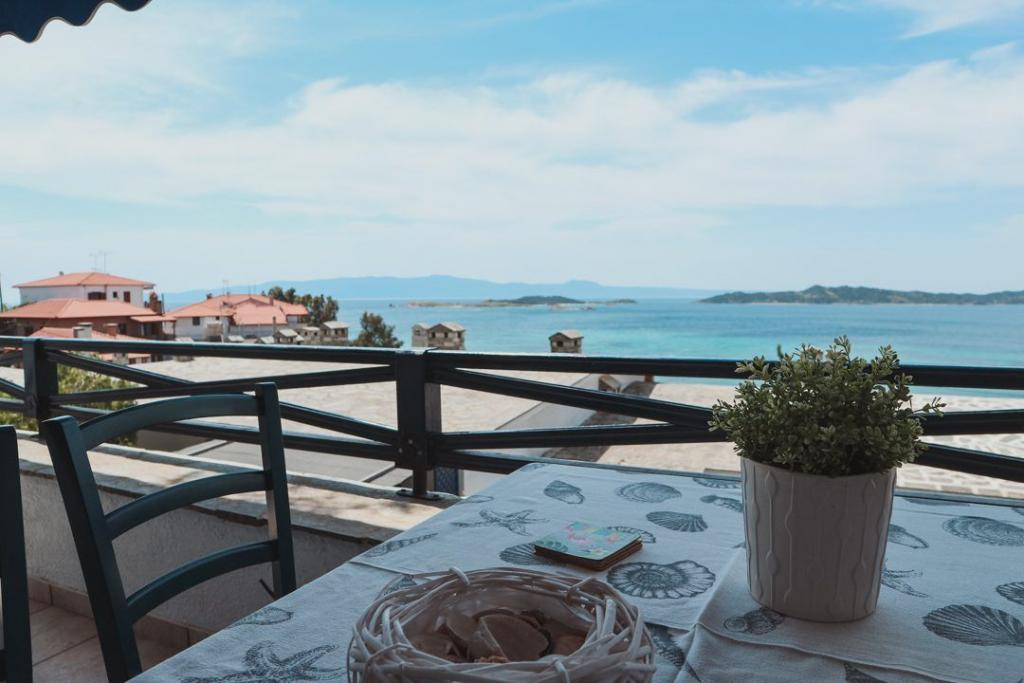 House-with-marvelous-view-in-Ouranoupoli-balcony-table