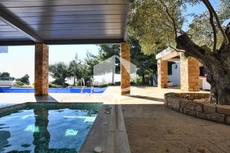 outdoor-jacuzzi-and-pool